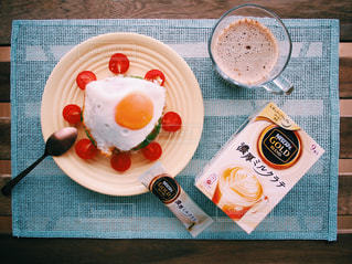 ネスカフェ 濃厚ミルクラテ スティック おうちカフェ / テーブルの上に食べ物のプレートの写真・画像素材[1272228]