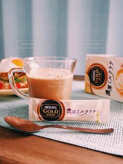 ネスカフェ スティック コーヒー 濃厚ミルクラテ / テーブルの上のコーヒー カップの写真・画像素材[1272252]