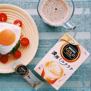テーブルフォト ネスカフェ 濃厚ミルクラテ スティック コーヒー / テーブルの上に食べ物のプレートの写真・画像素材[1272264]