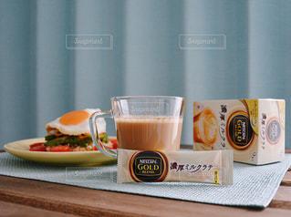 テーブルフォト ネスカフェ 濃厚ミルクラテ スティック ランチ / テーブルの上のコーヒー カップの写真・画像素材[1272424]