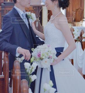 男と女の結婚式のケーキを切るの写真・画像素材[1276618]