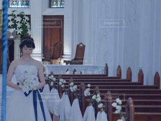 ウェディング ドレスの人 女性 ブーケ 教会の写真・画像素材[1276700]