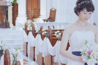 ウエディング ケーキの前に立っている人 花嫁 新婦 ウェディングドレス ブーケ アクセサリー 教会の写真・画像素材[1276733]