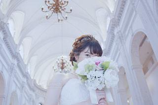 ウェディング ドレス 新婦 花嫁 女性 教会 式場 ブーケ 目線 白いの写真・画像素材[1276867]