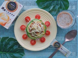 テーブルフォト ネスカフェ スティック コーヒー ホット 濃厚ミルクラテ おうちカフェ テーブルの上に食べ物のプレートの写真・画像素材[1278169]