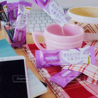 ネスカフェ スティック 香るまろやか ミルクティー ランチ オフィス デスク テーブルの上のコーヒー カップの写真・画像素材[1280853]