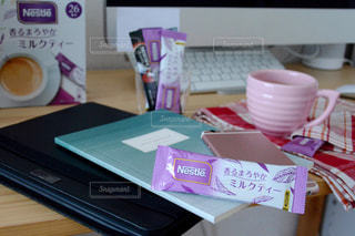 ネスカフェ スティック 香るまろやか ミルクティー マグカップ ピンク デスクの写真・画像素材[1281328]