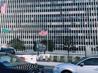 ストライプ 建物の側に停まっている車 渋滞の写真・画像素材[1285266]