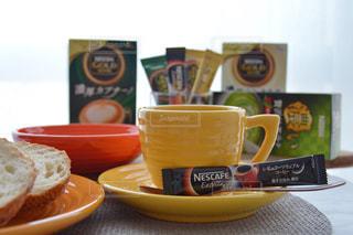 ネスカフェ スティック おうちカフェ テーブルの上に食べ物のプレートの写真・画像素材[1285923]