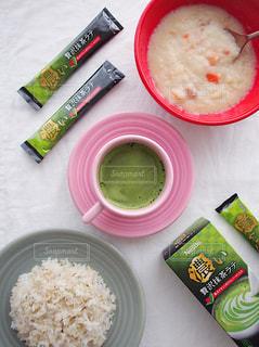 ネスカフェ スティック 濃い贅沢抹茶ラテ テーブルの上に食べ物のプレートの写真・画像素材[1287886]