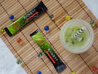 ネスカフェ スティック 濃い贅沢抹茶ラテ 木製カッティング ボードの写真・画像素材[1290673]