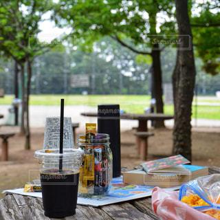 ピクニック用のテーブルに座っている人の写真・画像素材[1294144]