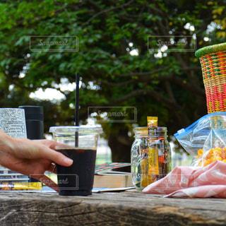 外でも簡単カフェ ネスカフェ スティック アイスコーヒー ピクニック 公園の写真・画像素材[1294191]