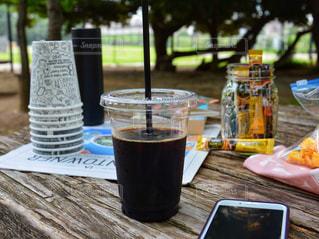 スマホ ネスカフェ スティック ブラック アイスコーヒー 公園 ピクニックの写真・画像素材[1294226]