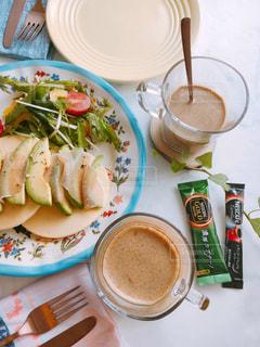 テーブルフォト ネスカフェ スティック コーヒー エクセラ 濃厚カプチーノ おうちカフェ テーブルの上に食べ物のプレートの写真・画像素材[1302283]