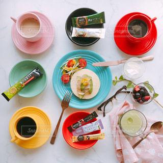 食品とコーヒーのカップのプレート カラフル カップアンドソーサー ネスカフェ スティック おうちカフェの写真・画像素材[1302468]