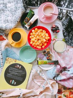 テーブルな皿の上に食べ物のプレートをトッピング ブランケット リラックス カフェタイムの写真・画像素材[1302523]