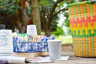 外でも簡単カフェ ピクニック 公園 ネスカフェ スティック コーヒー テーブルの上の花の花瓶の写真・画像素材[1308194]