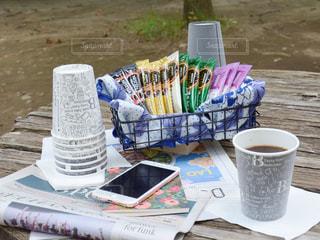ピクニック用のテーブルの上に座ってコーヒー カップの写真・画像素材[1308683]