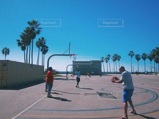 バスケのゲームの若い男性のグループの写真・画像素材[1323092]