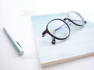 メガネ ノート ボールペン 置き画の写真・画像素材[1349672]