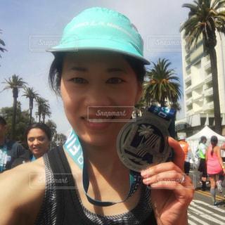 ロサンゼルス マラソン ゴール フィニッシュ メダル 女性の写真・画像素材[1350775]