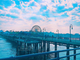 アメリカ サンタモニカ ピア ロサンゼルス 海外 風景 観覧車 水の体の上の橋の写真・画像素材[1356072]