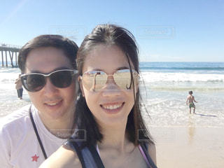 カメラにポーズのサングラスを身に着けている女性の写真・画像素材[1371223]