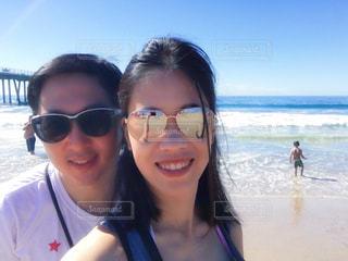 カメラにポーズのサングラスを身に着けている女性 メガネ男子 メガネ女子の写真・画像素材[1371558]