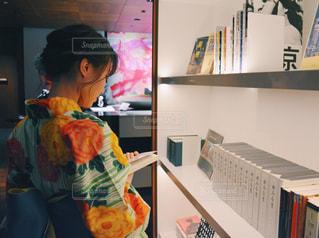 本を見て机に座って人 女性の写真・画像素材[1374342]
