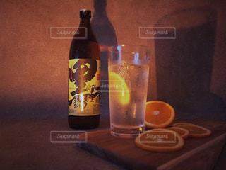 ボトルとテーブルの上のビールのグラスの写真・画像素材[1426707]