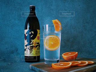ボトルとオレンジ ジュースのガラスの写真・画像素材[1426744]