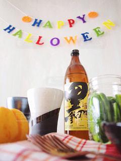 黒伊佐錦 クロイサ 芋焼酎 テーブルの上のビール瓶の写真・画像素材[1441731]