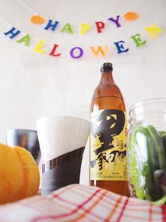 黒伊佐錦 クロイサ 芋焼酎 ハロウィン テーブルの上のビール瓶の写真・画像素材[1441811]