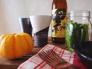 黒伊佐錦 ボトルとテーブルの上のビールのグラスの写真・画像素材[1441828]