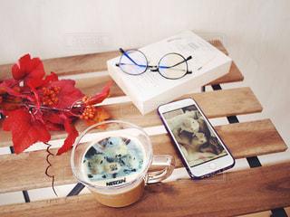 ネスカフェ フォトラテ リチャードソンジリス りす ペット / テーブルの上のケーキと木製のまな板の写真・画像素材[1454169]