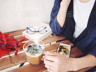 ネスカフェ フォトラテ リチャードソンジリス ペット 食品のプレートをテーブルに着席した人の写真・画像素材[1454207]