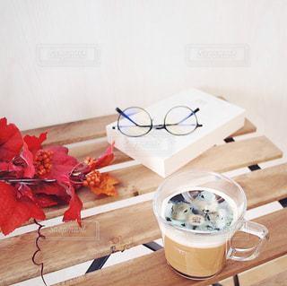 ネスカフェ フォトラテ ペット リチャードソンジリス りす / 近くのテーブルの上に食べ物をの写真・画像素材[1454259]