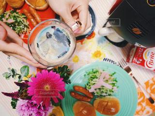 ネスカフェ フォトラテ サプライズ 結婚記念日 テーブルの上に食べ物のボウルの写真・画像素材[1480933]