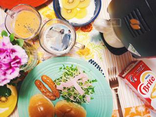 ネスレカフェ フォトラテ テーブルの上に食べ物のプレートの写真・画像素材[1482821]
