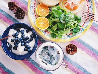 ネスカフェ フォトラテ リチャードソンジリス テーブルの上に食べ物のプレートの写真・画像素材[1482925]