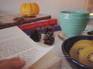 テーブルの上のコーヒー カップ 読書の写真・画像素材[1549903]