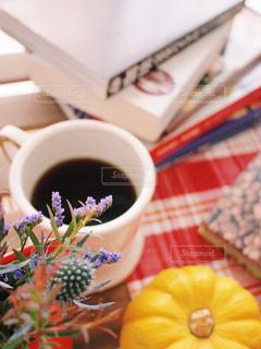 読みたかった本をテーブルの上にあつめて読書の時間の写真・画像素材[1579722]