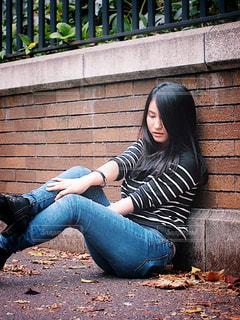 ベンチに座っている女性の写真・画像素材[1615589]