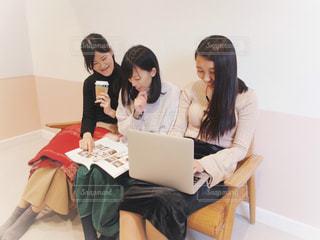 ノート パソコンでリサーチ中 ソファーに座っている女の子のグループの写真・画像素材[1652631]