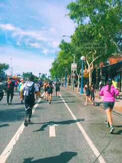 通りを歩く人々 のグループ ロサンゼルス マラソン 大人数 後ろ姿の写真・画像素材[1811056]