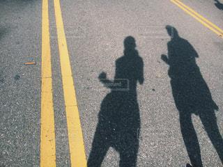道路の側をスケート ボードに乗る人の写真・画像素材[1817812]