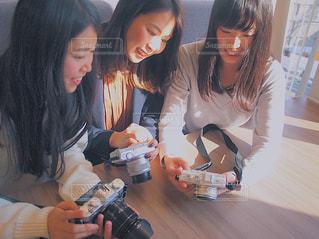 テーブルに座っている人 カメラ女子 3人以上の写真・画像素材[1830031]