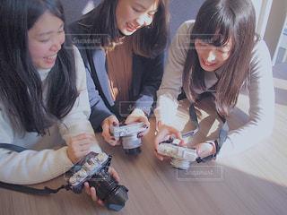 テーブルの上に座っている女性の写真・画像素材[1830053]