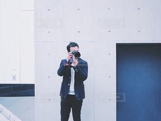 携帯電話で話す人の写真・画像素材[1830217]